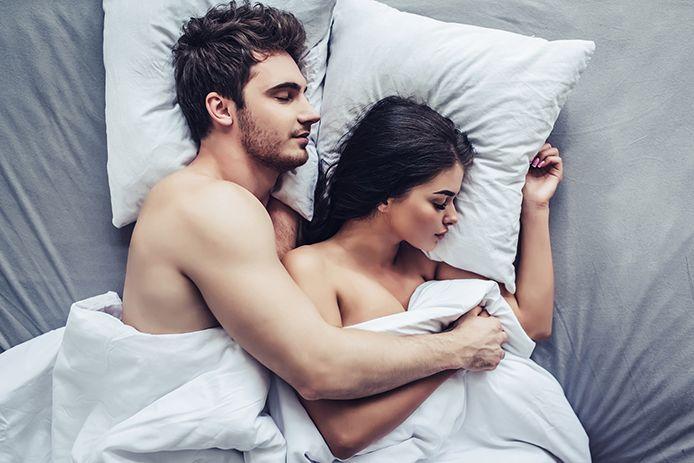 Paar im Bett beim Seitensprung